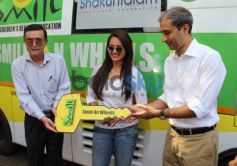 Sonakshi Sinha showing the key Smile on Wheels Events