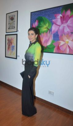 Beautiful Karisma Kapoor at the Painting Exhibition