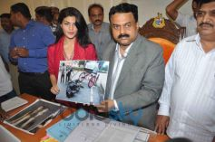 Jacqueline Fernandez and Mayor Sunil Prabhu displaying some photos to media