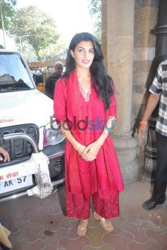 Jacqueline Fernandez outside Mayor Sunil Prabhu office