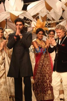 Abhishek Bachchan walks ramp for Rohit Bal show in IBFW 2013