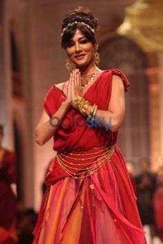 Chitrangada Singh walks ramp IBFW 2013 Azva Show