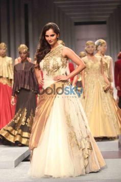 Sania Mirza walks ramp for IBFW 2013 Shantanu and Nikhil show