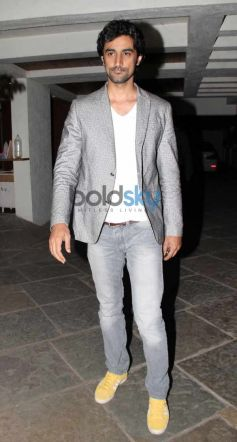 Kunal Kapoor celebrate new year at Sonali Bendre's place.