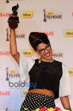 Priyanka Chopra black lady in hand At 59th Filmfare Awards PC