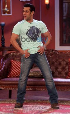 Salman Khan Dabangg dance moves at Comidy Nights with Kapil Show