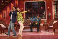 Alia Bhatt singing with Kapil Sharma during show