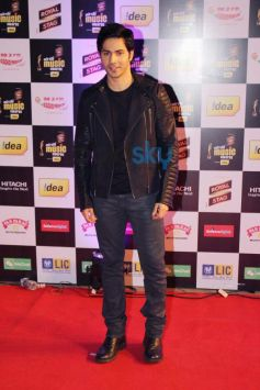 Varun Dhawan stuns at Mirchi Music Awards 2014