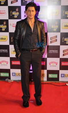 Shahrukh Khan stuns at Mirchi Music Awards 2014