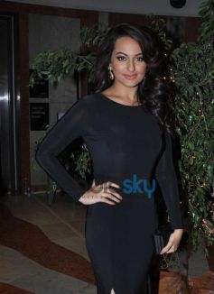 Sonakshi Sinha stuns during Painting Exhibition of Neeraj Goswami