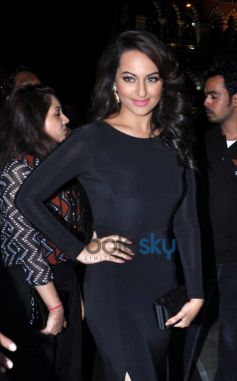 Sonakshi Sinha stuns at Painting Exhibition of Neeraj Goswami
