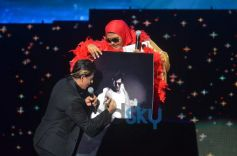 SRK give autograph for fan At Temptation Reloaded 2014