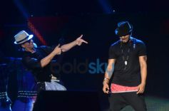 SRK with Yo Yo Honey Singh during Temptation Reloaded 2014