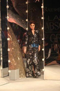 Kareena Kapoor Khan walks for LFW 2014 finale Rajesh Pratap Singh show