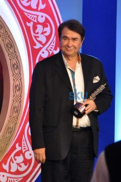 Randhir Kapoor with awards during Times Now Foodie Awards