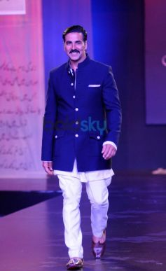 Akshay Kumar walks ramp at Men For Mijwan charity fashion