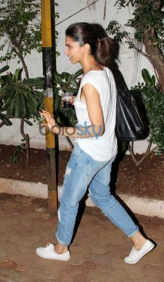 Deepika Padukone snapped at bandra