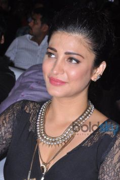Shruti Hassan stuns at Race Gurram Success Meet