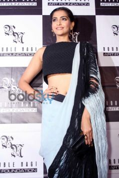 Sonam Kapoor stuns at Rouble Nagi Painting Exhibition