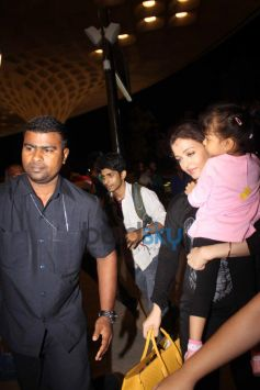 Aishwarya Rai Bachchan with Aaradhya Bachchan spotted at International Airport
