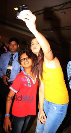 Alia Bhatt with kid fan during Highway film DVD launch