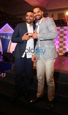 Robin Uthappa and Shikhar Dhawan at CEAT Cricket Ratings Awards 2014