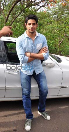 Siddharth Malhotra promotes Ek villain on the sets of CID