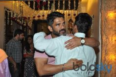Sunil Shetty Hugs Javed Jaffrey