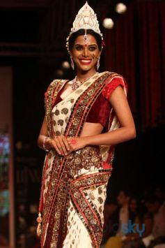 Zarine Khan stuns in SwarSwarovski Gemvision Bridal Jeweleryovski Gemvision Bridal Jewelery