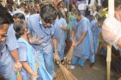 Juhi Chawla conducting Swachh Bharat Abhiyann