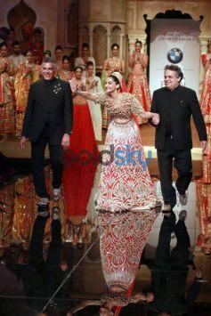 Sonam Kapoor Walks The Ramp At IBFW 2015