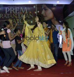 Team Of 'Prem Ratan Dhan Payo' Celebrates Diwali With Dharavi Rocks Band