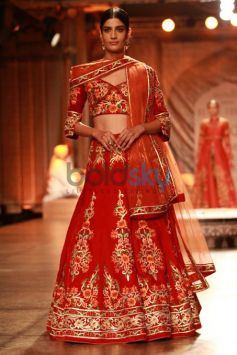 Divya Khosla Kumar Walking The Ramp For Designer Reynu Tandon At ICW 2016