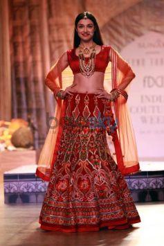 Divya Khosla Kumar Walking The Ramp For Designer Reynu Tandon At ICW 2016