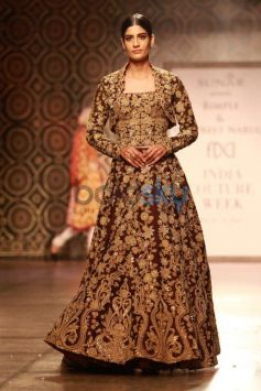 Yami Gautam Walking The Ramp For Designer Harpeet And Narula At ICW 2016