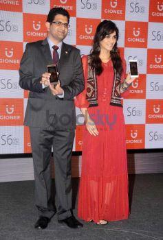 Kriti Sanon Unveils Gionee's Latest Mobile Phone