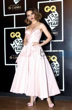 Kangana Ranaut Does The Off-Shoulder Like A Fashion Vamp