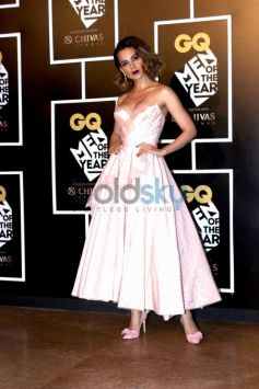 Kangana Ranaut Does The Off-Shoulder Like A Fashion Vamp