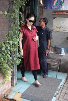 Pregnant Kareena Kapoor Flaunts Her Baby Bump In Red Kurta