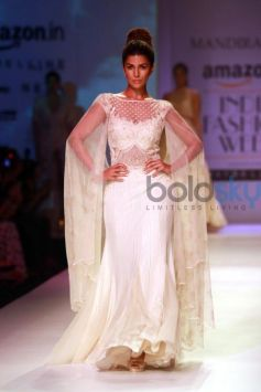 Nimrat Kaur Walks The Ramp For Mandira Wirk Show At AIFW Spring Summer 2017