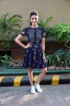 Alia Bhatt Wearing Tommy Xgigi And Clerk Shoes For Dear Zindagi Promotions