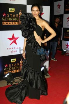 Deepika Padukone Looking Stunning In A Black Gown For The Star Screen Awards