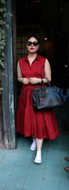 Kareena Kapoor Looks Gorgeous As She Catches Up With Her Friends Over Lunch