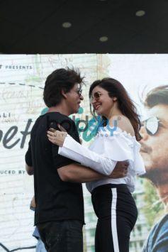 Shah Rukh Khan and Anushka Sharma arrives on Helicopter in Delhi