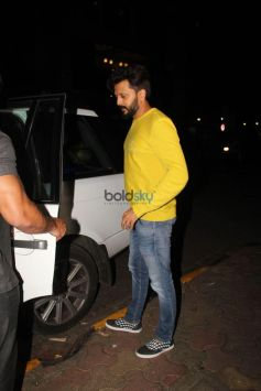 Ritesh Deshmukh Spotted At Salt Water Cafe In Bandra