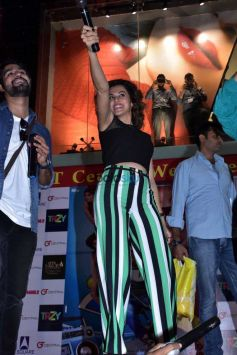 Varun Dhawan And Tapsee Pannu At A Mall And With Fans In Jaipur