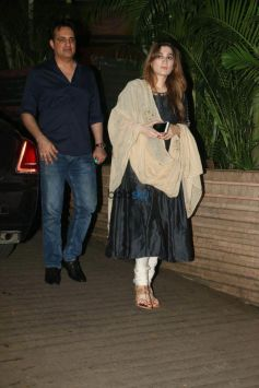 Akshay Kumar With Wife Twinkle Khanna And Others Spotted At KK House For Diwali Party