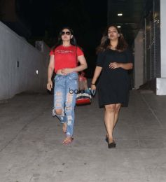 Zarine Khan Spotted At Bandra