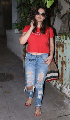 Zarine Khan Spotted At Bandra