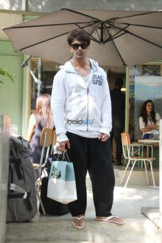Karan Singh Grover And Bipasha Basu Spotted At Kitchen Garden Bandra